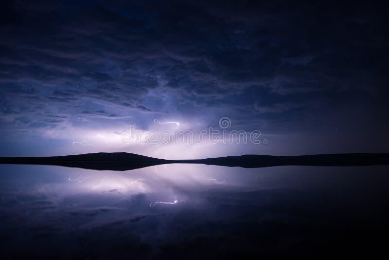Νυχτερινή καταιγίδα πάνω από αλμυρή λίμνη με αντανάκλαση στοκ φωτογραφία με δικαίωμα ελεύθερης χρήσης