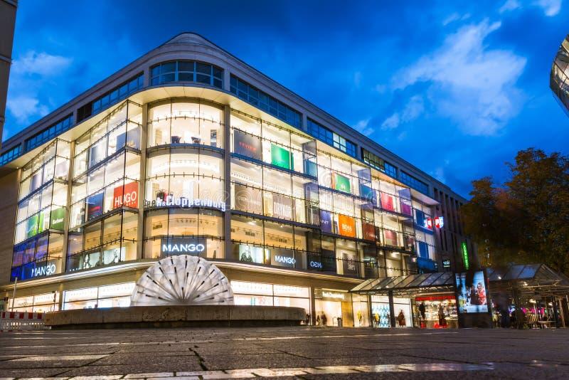 Νυχτερινή μακροχρόνια έκθεση λεωφόρων αγορών της Στουτγάρδης Koenigsstrasse στοκ εικόνα