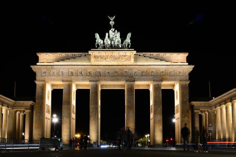 Νυχτερινή προβολή της πύλης του Βραδεμβούργου Βερολίνο Γερμανία στοκ φωτογραφία με δικαίωμα ελεύθερης χρήσης