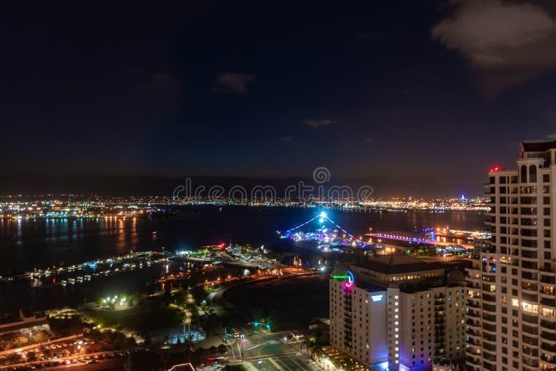 Νυχτερινή πόλη lightson το λιμάνι κοντά στο USS ευρισκόμενο στη μέση του δρόμου στον κόλπο του Σαν Ντιέγκο σε νότια Καλιφόρνια στοκ εικόνες