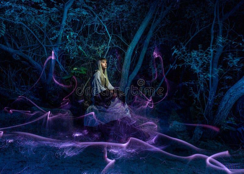 Νυχτερινή φωτογραφία, φωτισμός, που αναπαριστά ένα μοντέλο στο ποτάμι με σκιές φτιαγμένες από φανάρια στο ποτάμι στοκ φωτογραφία με δικαίωμα ελεύθερης χρήσης