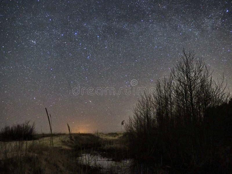 Νυχτερινός ουρανός και γαλακτώδη αστέρια τρόπων, αστερισμός του Κύκνου Cassiopea και αστερισμός Lyra στοκ εικόνες