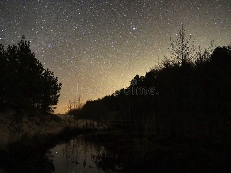 Νυχτερινός ουρανός και γαλακτώδη αστέρια τρόπων, αστερισμός του Κύκνου Cassiopea και αστερισμός Lyra στοκ εικόνα