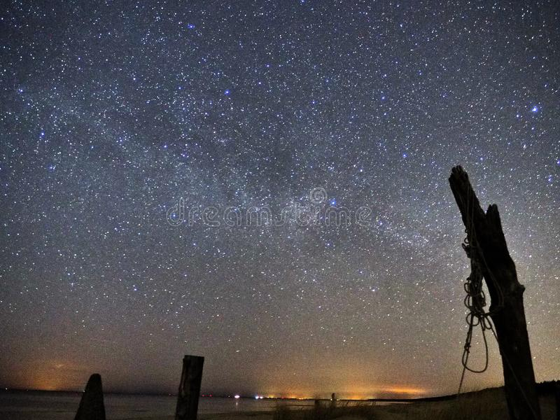 Νυχτερινός ουρανός και γαλακτώδη αστέρια τρόπων, αστερισμός αστερισμού του Κύκνου πέρα από τη θάλασσα στοκ φωτογραφία με δικαίωμα ελεύθερης χρήσης
