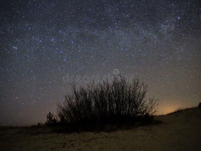 Νυχτερινός ουρανός και γαλακτώδη αστέρια τρόπων, αστερισμός Perseus πέρα από τη θάλασσα στοκ φωτογραφία