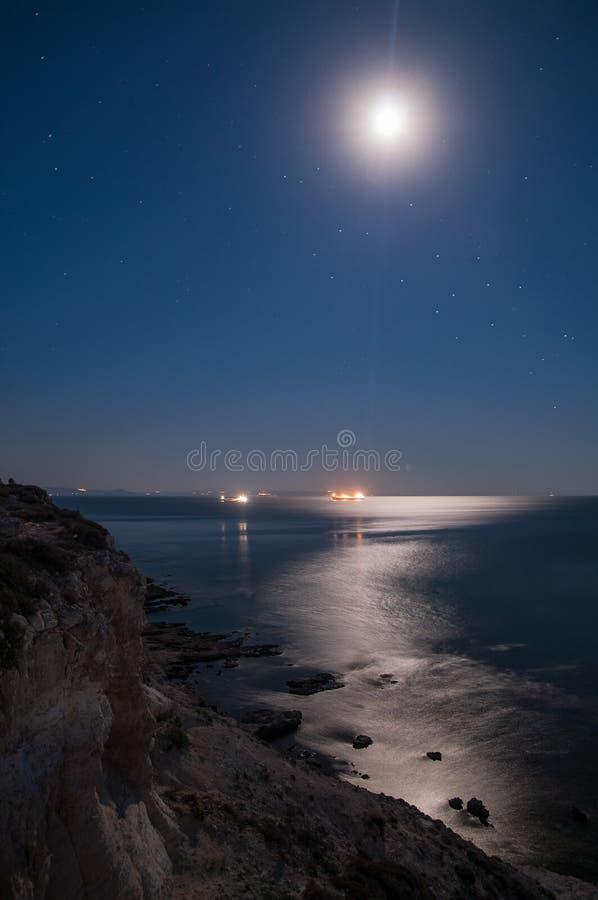 Νυχτερινός ουρανός και θάλασσα στοκ εικόνες