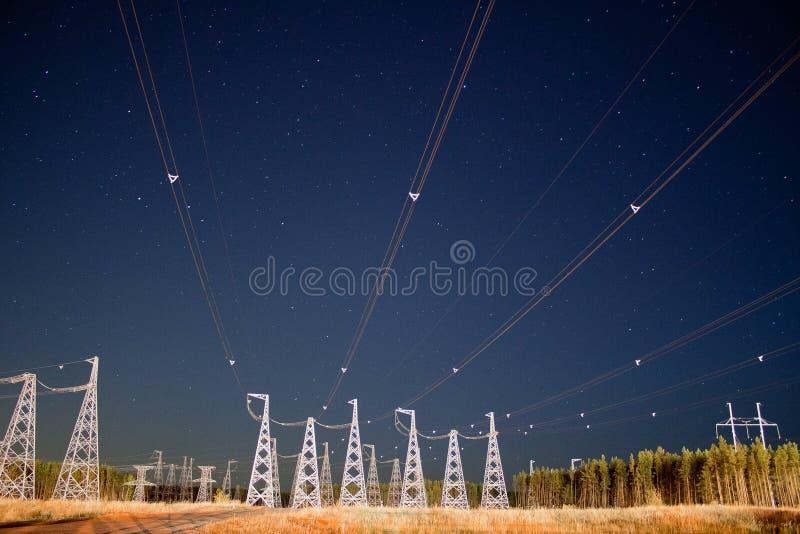 Νυχτερινός ουρανός και καλώδια στοκ εικόνες