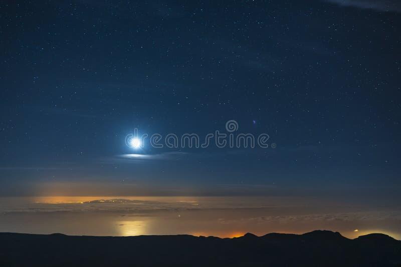 Νυχτερινός ουρανός και ο γαλακτώδης γαλαξίας τρόπων που βλέπει από το εθνικό πάρκο Teide υποστηριγμάτων στοκ εικόνα