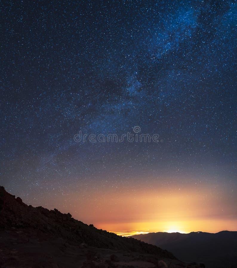 Νυχτερινός ουρανός και ο γαλακτώδης γαλαξίας τρόπων που βλέπει από το εθνικό πάρκο Teide υποστηριγμάτων στοκ φωτογραφία με δικαίωμα ελεύθερης χρήσης