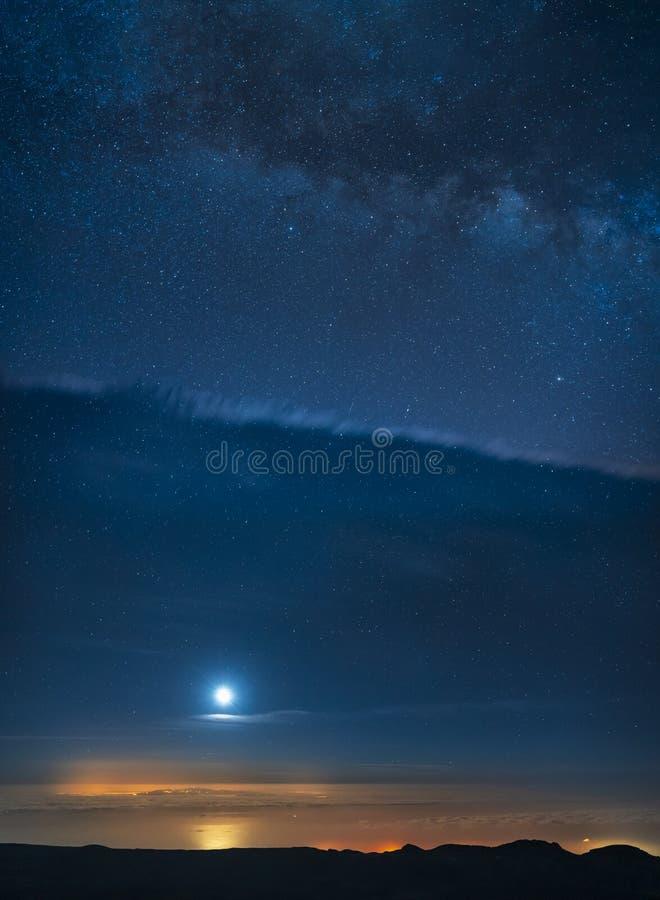 Νυχτερινός ουρανός και ο γαλακτώδης γαλαξίας τρόπων που βλέπει από το εθνικό πάρκο Teide υποστηριγμάτων στοκ φωτογραφία
