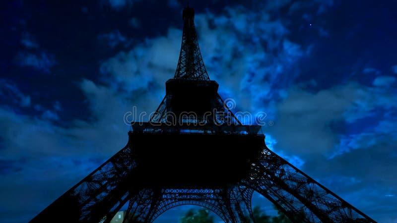 Νυχτερινός ουρανός και πύργος του Άιφελ στοκ φωτογραφίες