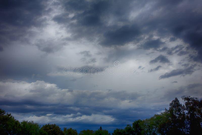 Νυχτερινός ουρανός με τα απειλητικά σύννεφα στοκ εικόνα