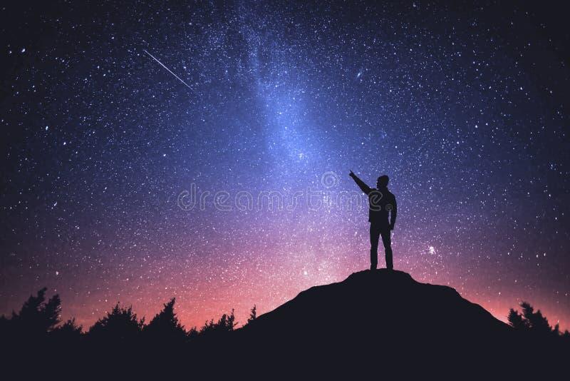 Νυχτερινός ουρανός με τα αστέρια και τη σκιαγραφία ενός μόνιμου ατόμου στοκ φωτογραφίες με δικαίωμα ελεύθερης χρήσης