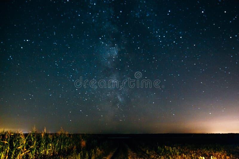 Νυχτερινός ουρανός με τα αστέρια και το γαλακτώδη τρόπο στοκ εικόνα