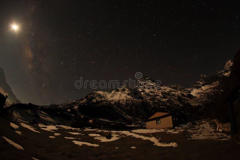 Νυχτερινός ουρανός με τα σύννεφα και τα αστέρια που περνούν από το πίσω βουνό Khumb στοκ εικόνα με δικαίωμα ελεύθερης χρήσης