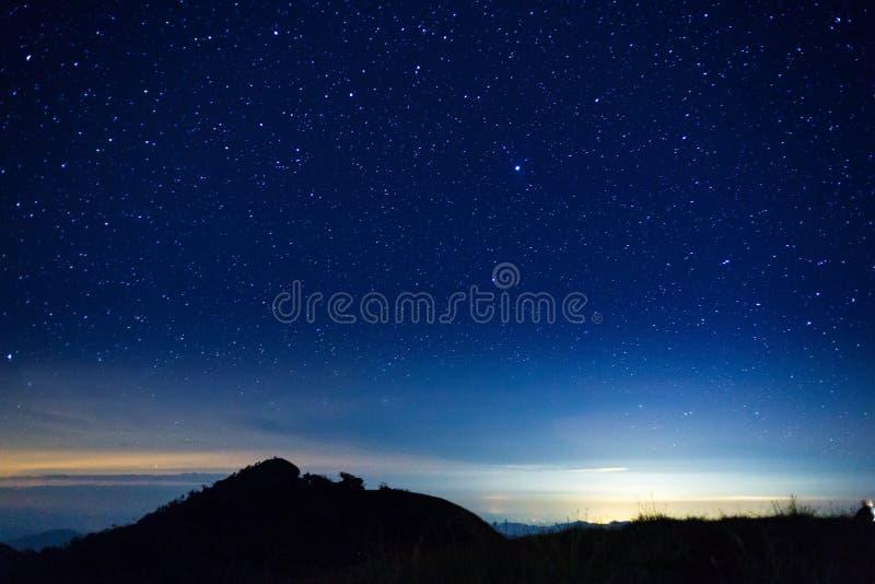 Νυχτερινός ουρανός με το αστέρι πάνω από το βουνό στοκ φωτογραφίες με δικαίωμα ελεύθερης χρήσης