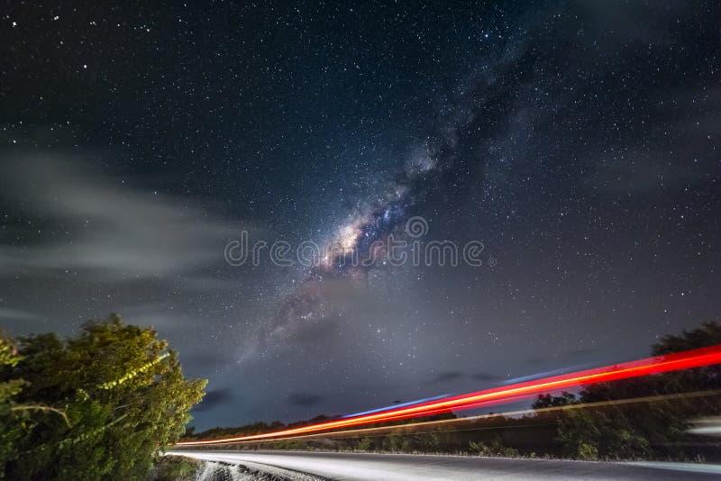 Νυχτερινός ουρανός με το γαλακτώδεις τρόπο και τα αστέρια στοκ φωτογραφία με δικαίωμα ελεύθερης χρήσης