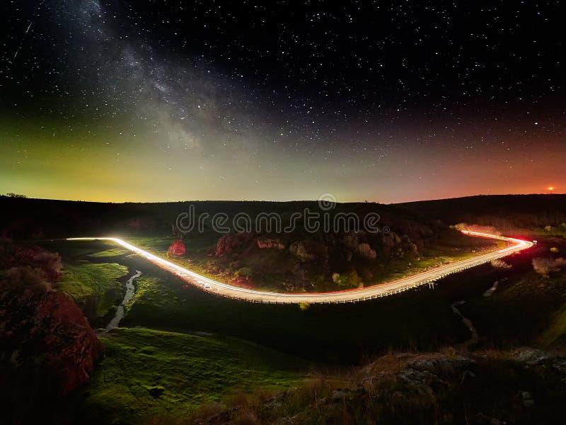 Νυχτερινός ουρανός με το γαλακτώδη τρόπο και αστέρια, δρόμος νύχτας που φωτίζεται στοκ εικόνες