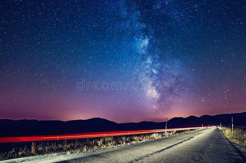 Νυχτερινός ουρανός με το γαλακτώδεις τρόπο και τα αστέρια Δρόμος νύχτας που φωτίζεται από το ασβέστιο στοκ φωτογραφία με δικαίωμα ελεύθερης χρήσης
