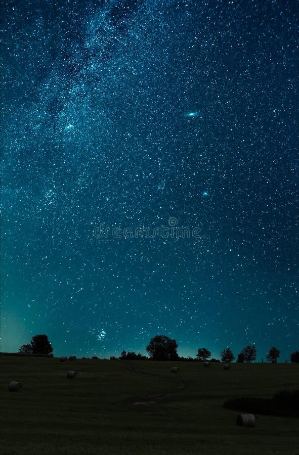 Νυχτερινός ουρανός που πυροβολείται πέρα από τον τομέα Ο γαλακτώδης γαλαξίας τρόπων, ο γαλαξίας Andromeda, ο γαλαξίας τριγώνων κα στοκ φωτογραφίες