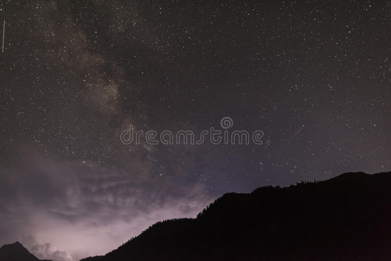 Νυχτερινός ουρανός στα βουνά στοκ φωτογραφίες με δικαίωμα ελεύθερης χρήσης