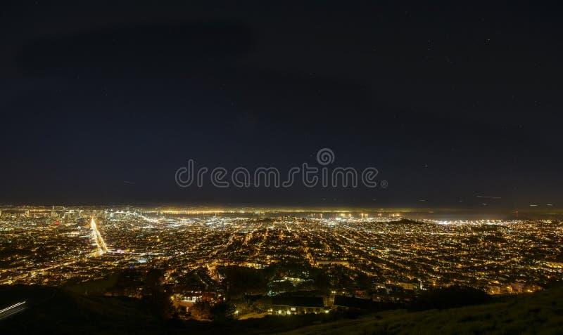 Νυχτερινό πανόραμα του Σαν Φρανσίσκο στοκ εικόνες με δικαίωμα ελεύθερης χρήσης