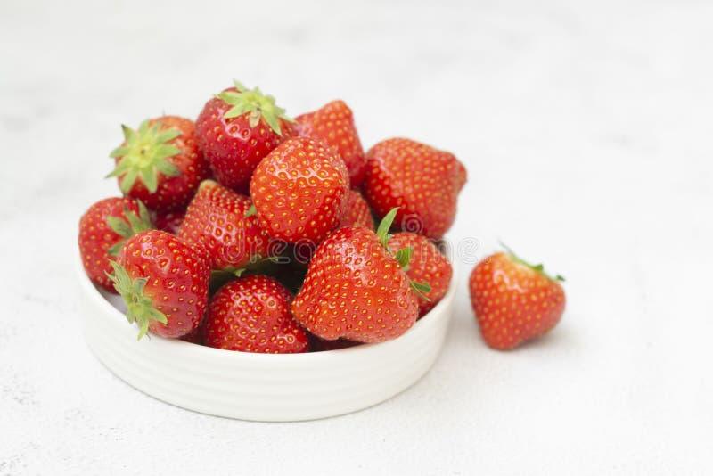 Νωπές φράουλες σε λευκό φόντο σε λευκό μπολ, νωπά φρούτα για πρωινό ή υγιεινό φαγητό, αντιγραφή χώρου στοκ εικόνες