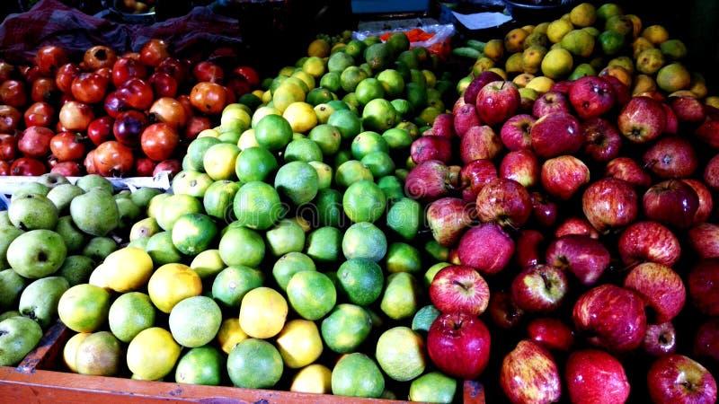 Νωποί καρποί σε ένα κατάστημα φρούτων στοκ φωτογραφίες με δικαίωμα ελεύθερης χρήσης