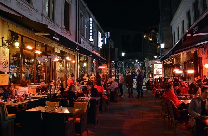Νωπογραφία Al που δειπνεί, νύχτα στο παλαιό Townn, Βουκουρέστι, Romani στοκ εικόνες