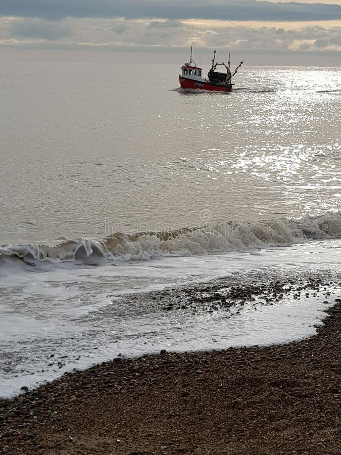Νωρίς το πρωί αλιευτικό σκάφος το χειμώνα στοκ εικόνα