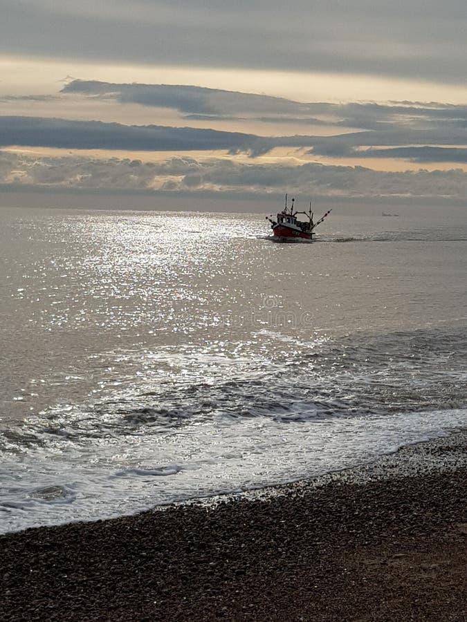 Νωρίς το πρωί αλιευτικό σκάφος το χειμώνα στοκ εικόνα με δικαίωμα ελεύθερης χρήσης