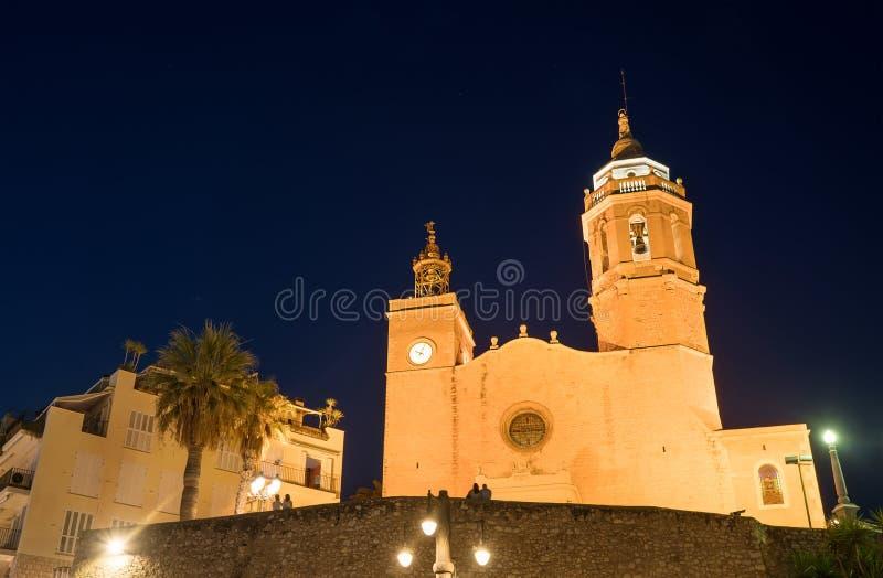 Νωρίς το πρωί στη φωτισμένη εκκλησία Parroquia de Sant Bartomeu i Santa Tecla στην πόλη Sitges κοντά στη Βαρκελώνη στην Καταλονία στοκ εικόνες
