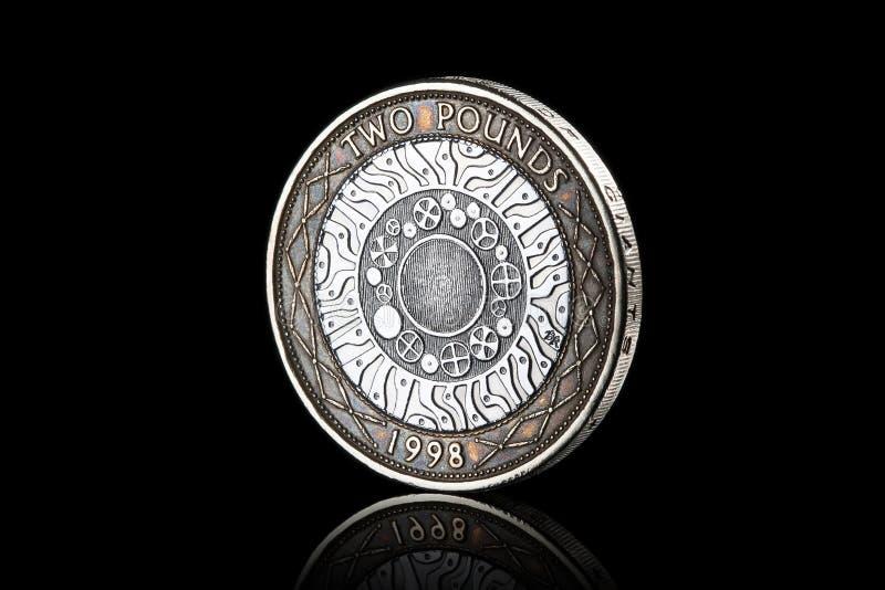 νόμισμα Βρετανικό νόμισμα δύο λιβρών που απομονώνεται στο μαύρο υπόβαθρο στοκ εικόνες