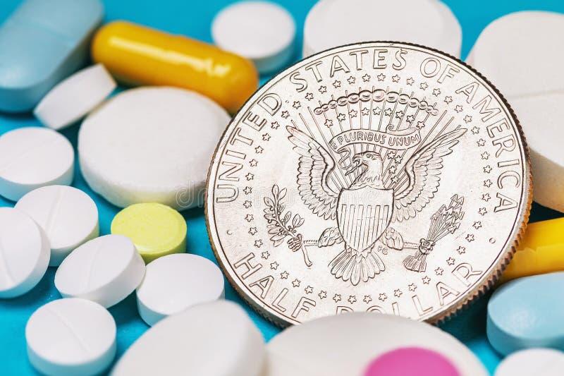 Νόμισμα δολαρίου σε διάφορα χάπια Η έννοια του κόστους των ναρκωτικών στοκ φωτογραφία