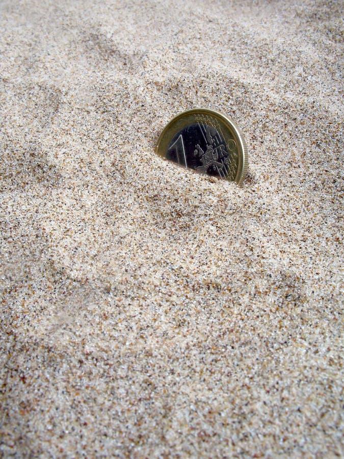 Νόμισμα στην άμμο στοκ εικόνες