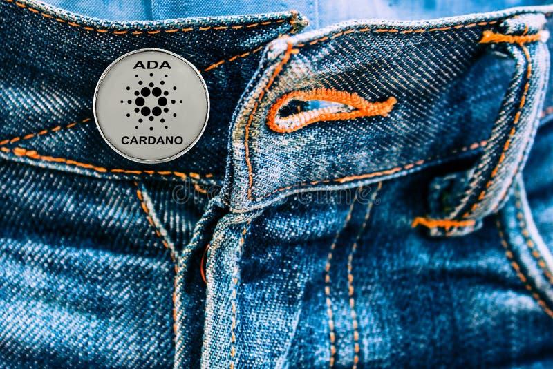 Νόμισμα της ADA αντί των κουμπιών στα τζιν στοκ εικόνες