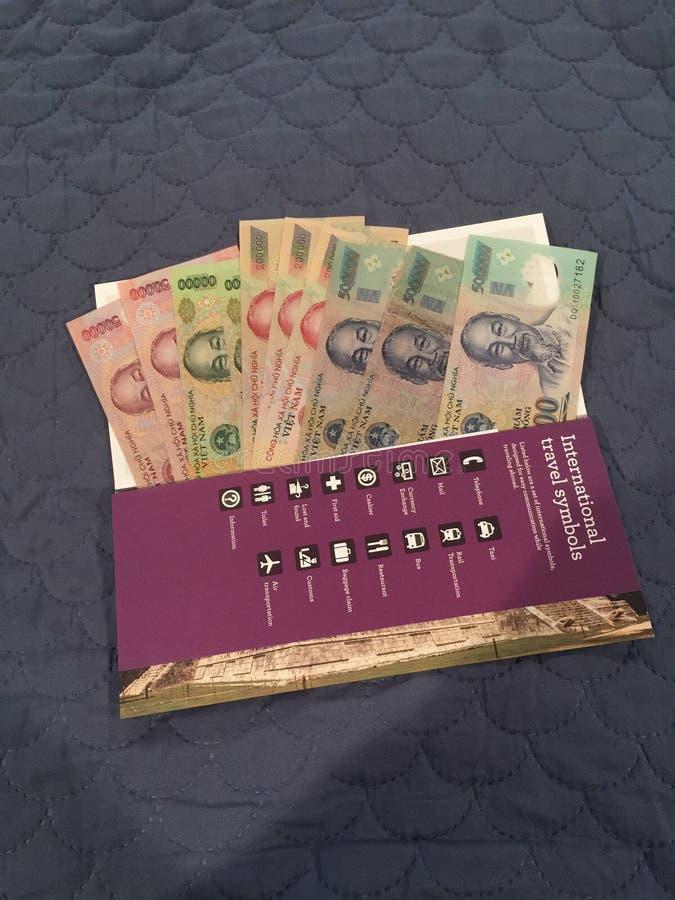 Νόμισμα του Βιετνάμ στο φάκελο στοκ εικόνα