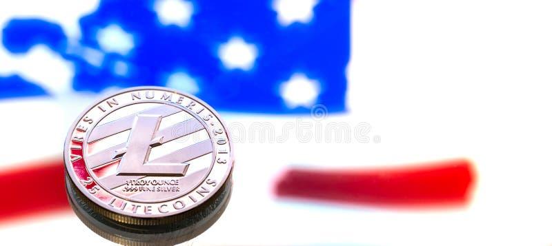 Νόμισμα του litecoin σε ένα υπόβαθρο αμερικανικών σημαιών, η έννοια στοκ εικόνα