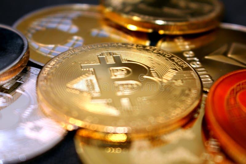 Νόμισμα Bitcoin μεταξύ άλλων crypto νομισμάτων - μια επερχόμενη επανάσταση - bitcoin μεταξύ των altcoins στοκ εικόνα με δικαίωμα ελεύθερης χρήσης