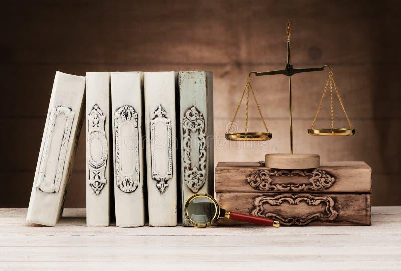 Νόμος και δικαιοσύνη έννοιας Εκλεκτής ποιότητας βιβλία, κλίμακες και πιό magnifier στοκ εικόνες