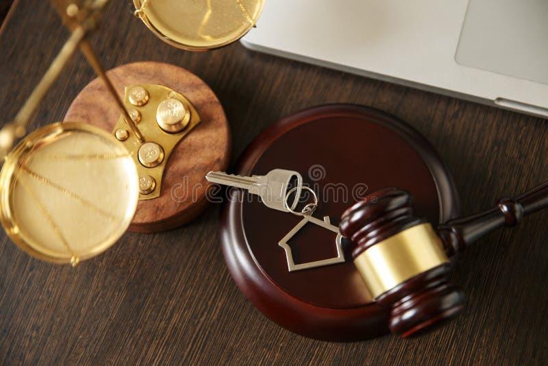 Νόμος και δικαιοσύνη, έννοια νομιμότητας, βιβλιοθήκη νόμου, Gavel δικαστών andold εκλεκτής ποιότητας κλειδί στο Μαύρο ξύλινο στοκ εικόνα με δικαίωμα ελεύθερης χρήσης