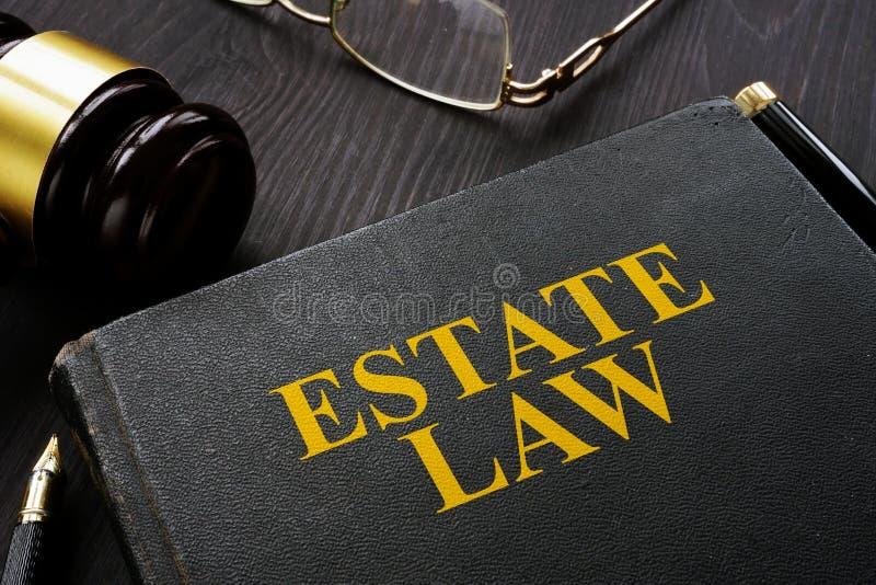 Νόμος και gavel κτημάτων βιβλίων στον πίνακα στοκ εικόνα με δικαίωμα ελεύθερης χρήσης