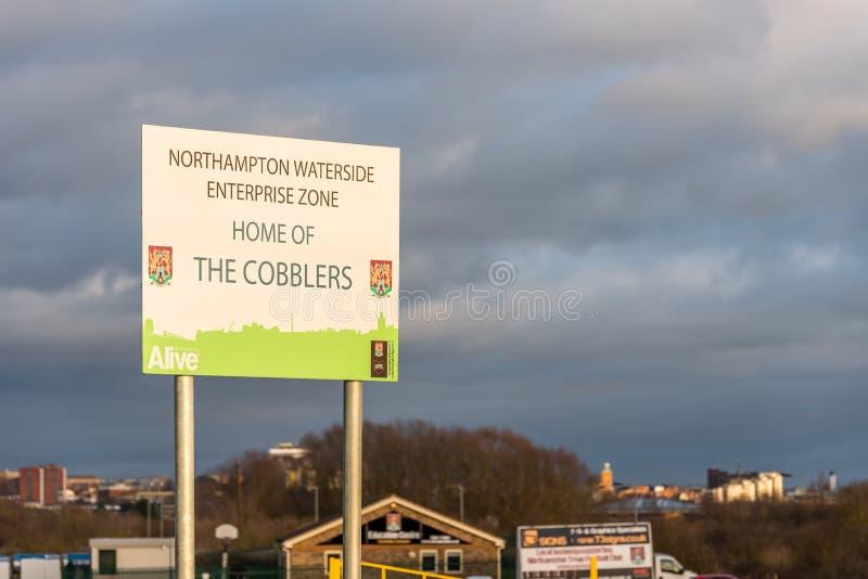 Νόρθαμπτον UK στις 4 Ιανουαρίου 2018: Σπίτι επιχειρηματικής ζώνης ακτών του Νόρθαμπτον του σημαδιού υποδηματοποιών στο λιανικό πά στοκ φωτογραφίες