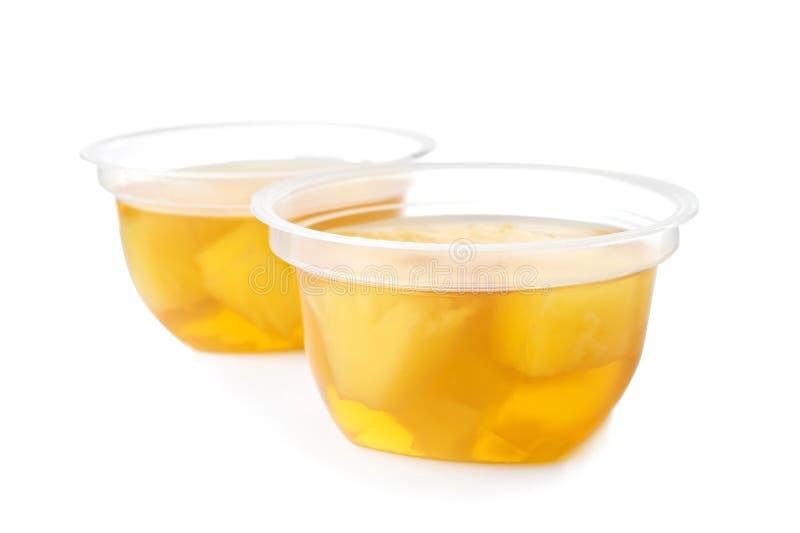 Νόστιμα επιδόρπια ζελατίνας με τις φέτες των φρούτων στα πλαστικά φλυτζάνια στοκ εικόνες