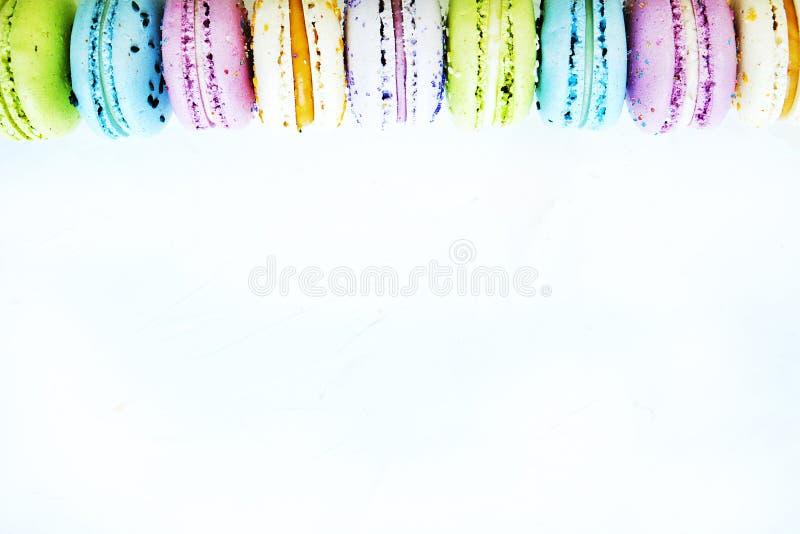 Νόστιμα ζωηρόχρωμα macaroons στο μαρμάρινο υπόβαθρο Διάστημα κειμένων Μόνο παγωμένο δέντρο στοκ φωτογραφία με δικαίωμα ελεύθερης χρήσης