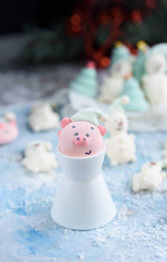 Νόστιμα και όμορφα marshmallows υπό μορφή: Χριστουγεννιάτικα δέντρα, ρύγχη των χοίρων, χιονάνθρωποι στοκ εικόνα