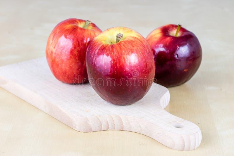 Νόστιμα και ώριμα μήλα Φρούτα που ψεκάζονται με το νερό σε ένα ξύλινο ki στοκ εικόνες