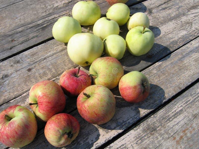 Νόστιμα μήλα σε έναν ξύλινο πίνακα στοκ εικόνα