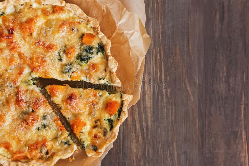 Νόστιμα μπισκότα ή καραμέλες με λαχανικά, σπανάκι και τυρί στο ξύλινο ροζέ τραπέζι στοκ εικόνα