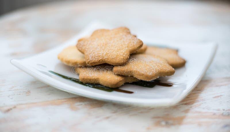 Νόστιμα μπισκότα για το τσάι απογεύματος - τα παραδοσιακά σπιτικά σκωτσέζικα μπισκότα κουλουρακιών έκαναν με το βούτυρο, το αλεύρ στοκ εικόνες με δικαίωμα ελεύθερης χρήσης
